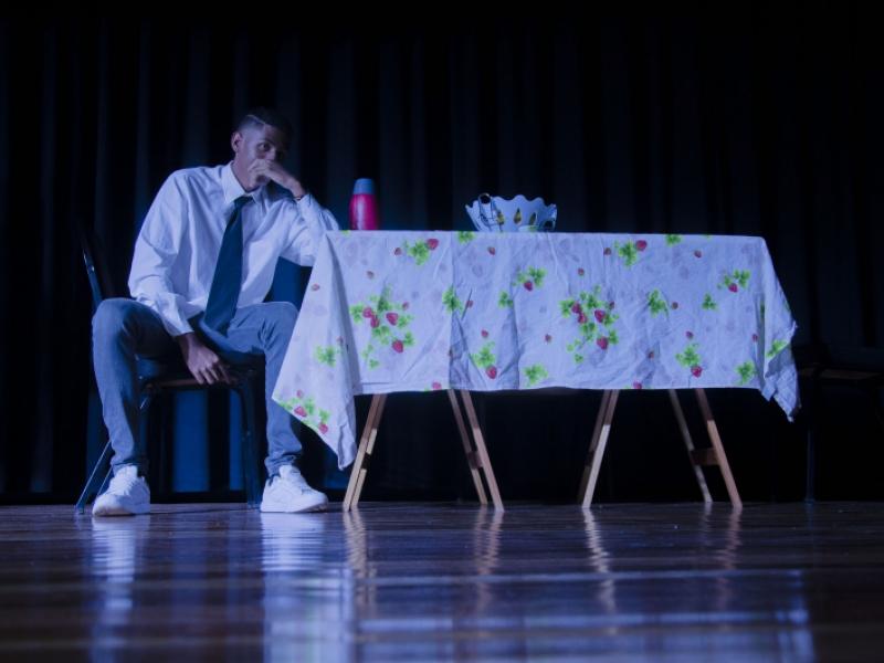 """""""Entre dois mundos"""" – espetáculo realizado no dia 15/7 no Centro de Artes e Esportes Unificado (CEU) do bairro Shopping Park durante a 1ª Mostra de Teatro – Dist (foto: Marco Cavalcanti)"""