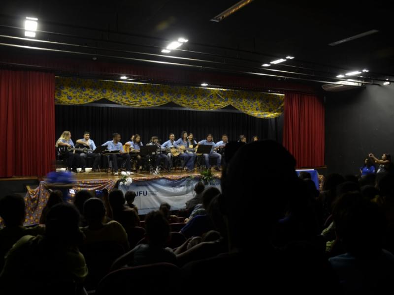 Grupo de viola e violão do projeto de extensão Dist durante apresentação no Centro de Artes e Esportes Unificado (CEU) do bairro Shopping Park, dia 16/7 (foto: Marco Cavalcanti)