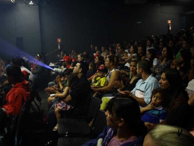 Público da 1ª Mostra de Ballet e Jazz do projeto Dist, no dia 12/7, no Centro de Artes e Esportes Unificado (CEU) do bairro Shopping Park (foto: Pompílio Alves Neto/Dist)