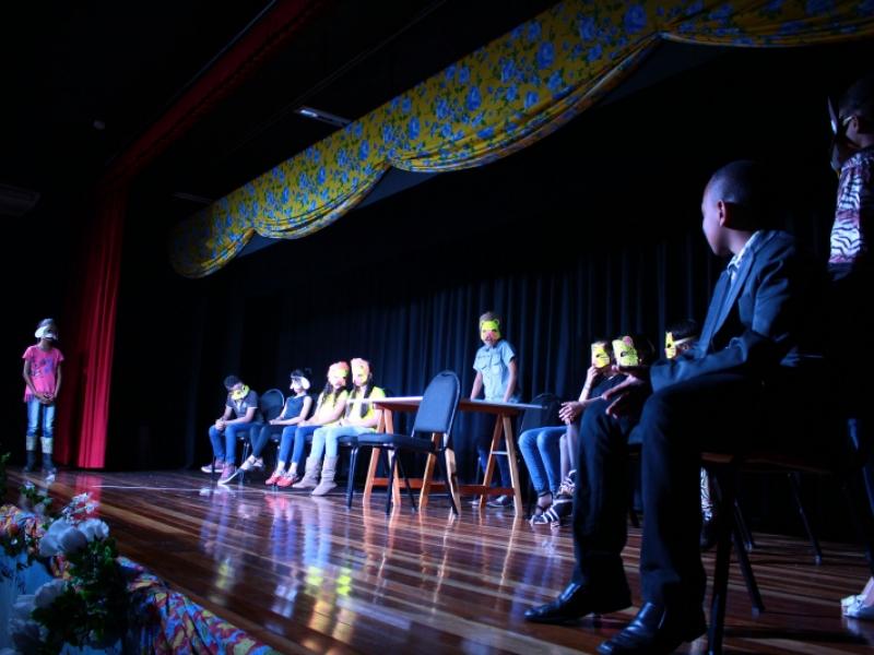 """""""O julgamento dos bichos"""" – espetáculo realizado no dia 15/7 durante a 1ª Mostra de Teatro – Dist/Shopping Park (foto: Pompílio Alves Neto/Dist)"""