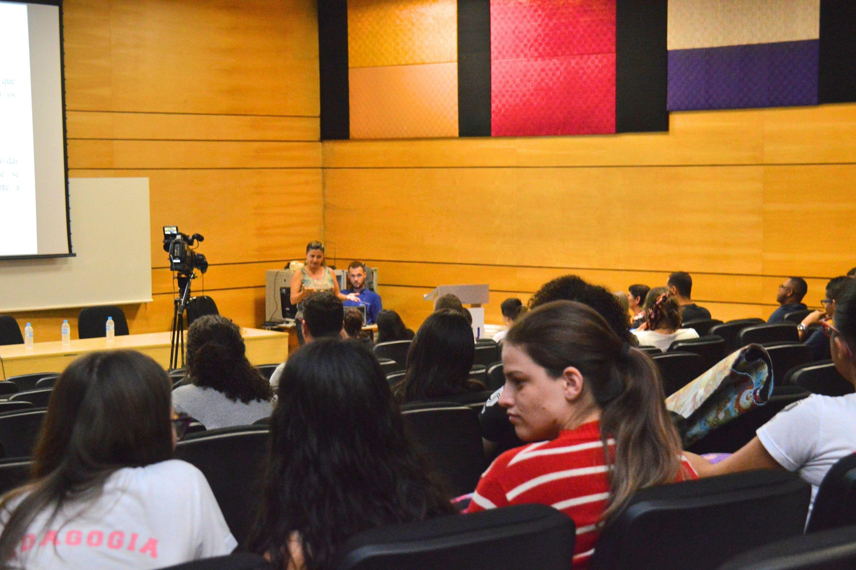 Plateia durante mesa-redonda Libras e Literatura Surda (Foto: fabiano Goulart)