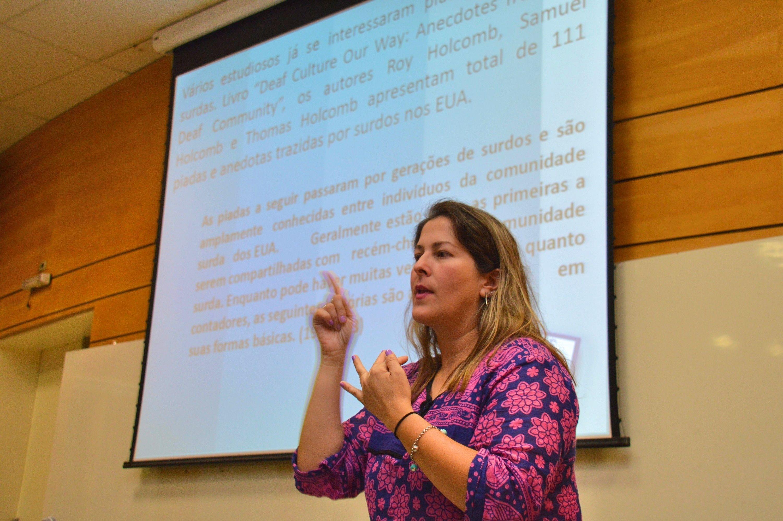 Professora Carolina Hessel Silveira, durante mesa-redonda Libras e Literatura Surda (Foto: fabiano Goulart)