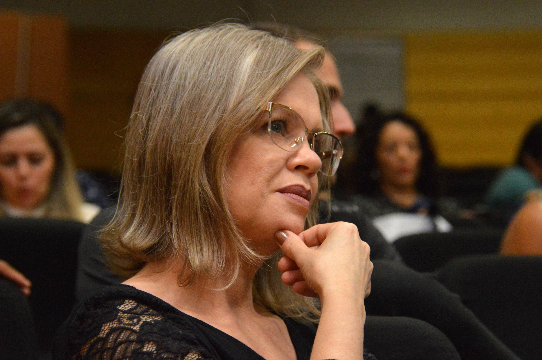 Professora Alessandra Campos da Costa durante mesa-redonda Libras e Literatura Surda (Foto: fabiano Goulart)