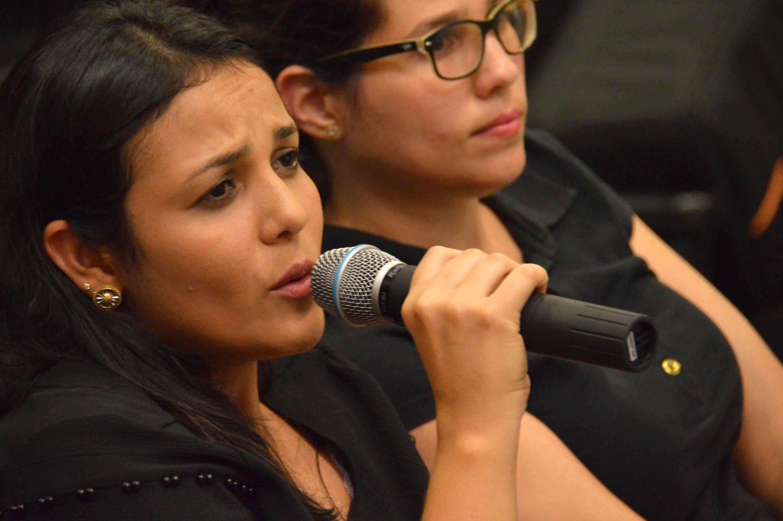 Tradutoras de Libras durante mesa-redonda Libras e Literatura Surda (Foto: fabiano Goulart)