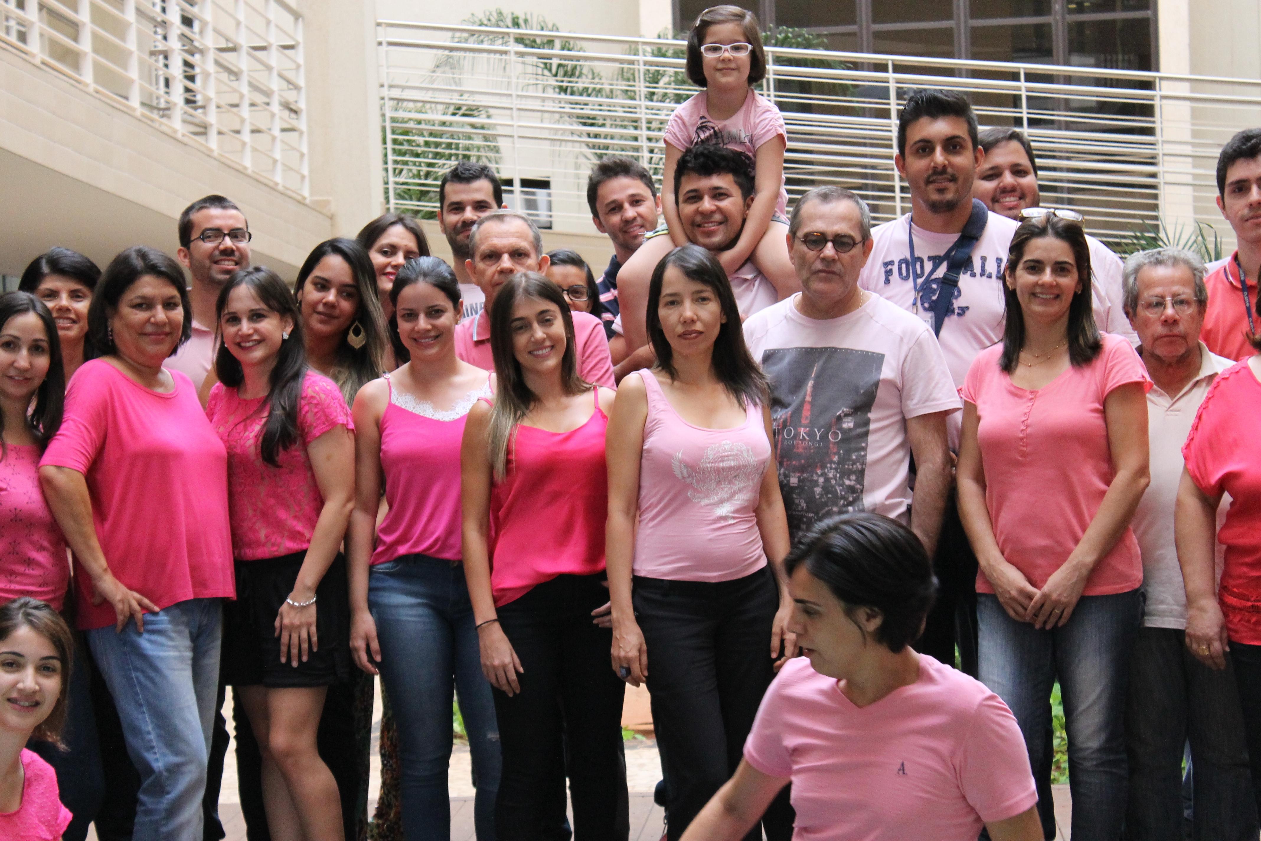 No dia 16/10, servidores da Pró-reitoria de Recursos Humanos (Proreh) da UFU se reuniram para apoiar a campanha 'Outubro rosa', de prevenção ao câncer
