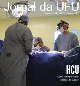 Médicos durante cirurgia de revascularização cardíaca