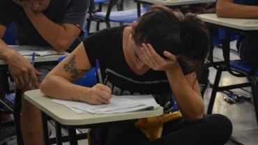 Aluna responde questões da segunda fase do Vestibular UFU 2017-2 (foto: Milton Santos)