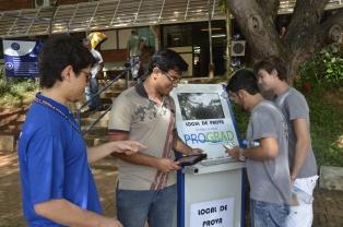 Candidatos no primeiro dia de provas no Campus Santa Mônica (Foto: Milton Santos)