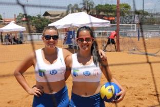 Sob sol forte, a dupla de vôlei de praia feminino da UFU - Luana Daud e Ana Luiza Cabral - venceu as estudantes da Universidade Federal de Pernambuco