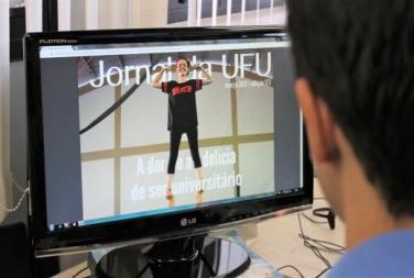Servidor da UFU lê o Jornal da UFU em tela de computador.