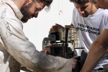 Alunos trabalham em montagem de motor automotivo (foto: Marco Cavalcanti)